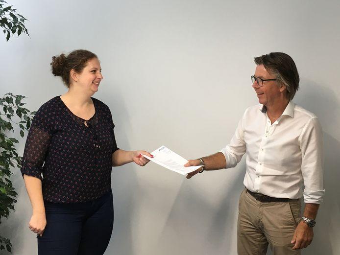 Irene Augusteijn, voorzitter van Stichting Dierenopvangtehuis Bommelerwaard, en architect Paul Sloven hebben hun handtekening gezet onder de overeenkomst voor het nieuwe dierenasiel in Bruchem.