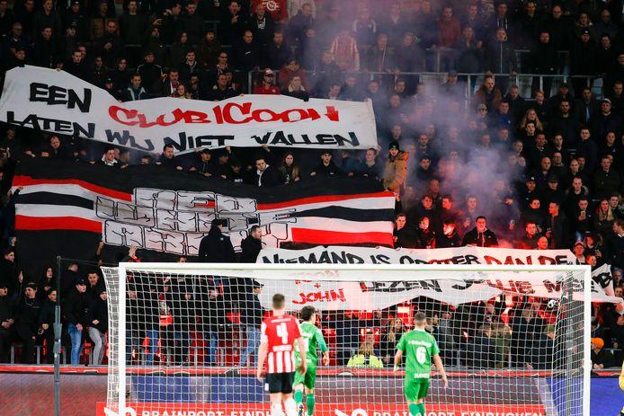 Spandoeken ter ondersteuning van Mark van Bommel.