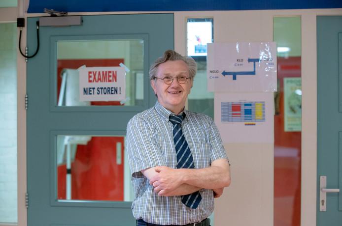 Oud-docent Henk Staal surveilleert bij de examens op het Ichthus College in Veenendaal.