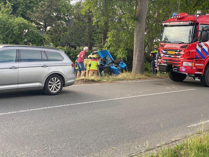 Bij een eenzijdig ongeval aan Voorthuizerstraat in Putten is de bestuurder of bestuurster van een auto zwaargewond naar het ziekenhuis gebracht.