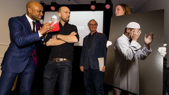 De winnaar van de categorie Personen in het nieuws enkel, Mike Roelofs, staat samen met presentator Humberto Tan op het podium tijdens de uitreiking van de Zilveren Camera 2016.