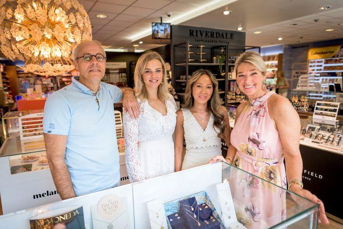 Rogier (links) en Annemarie (rechts) Haasewinkel hebben 20 jaar geleden de tabakswinkel van pa overgenomen. Nu spreken ze met Chanel van Wietmarschen (rechts midden) en Amke Bekhuis een ander publiek aan met sieraden, horloges, huisdecoratie en andere zaken.