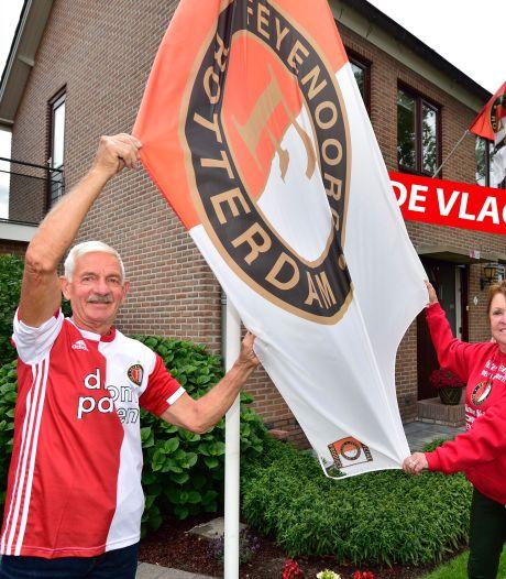 Bij Leo en Nel hangt de Feyenoord-vlag uit en een foto van de Kuip boven het bed