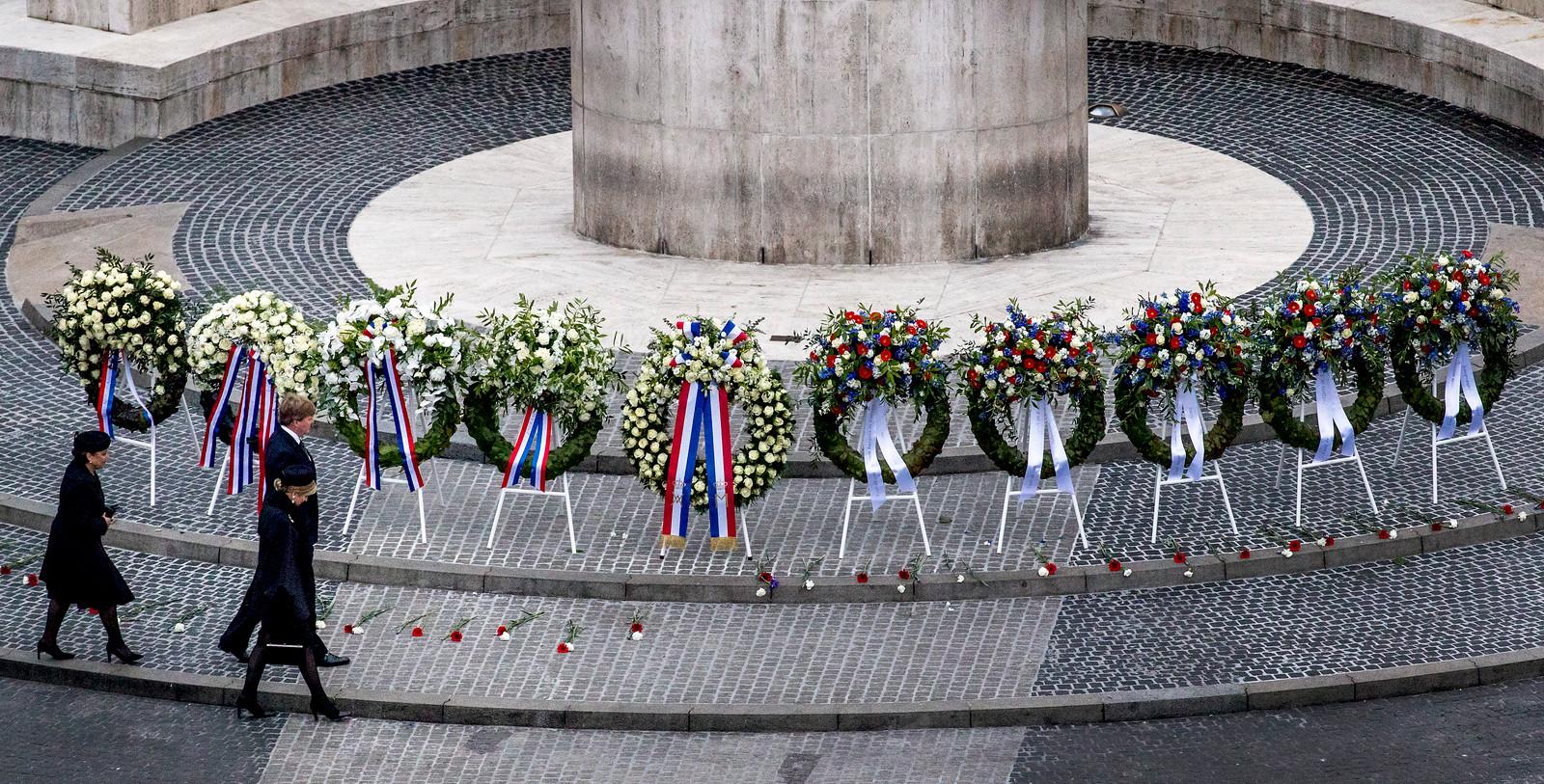 Koning Willem-Alexander en koningin Máxima leggen een krans bij het Nationale Monument op de Dam tijdens de nationale dodenherdenking.