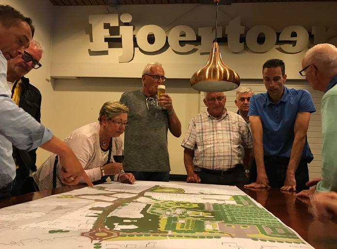 Dit is dus hoe Renesse eruitziet, hield een stedenbouwkundige van het Rotterdamse bureau KuiperCompagnons de zaal voor.
