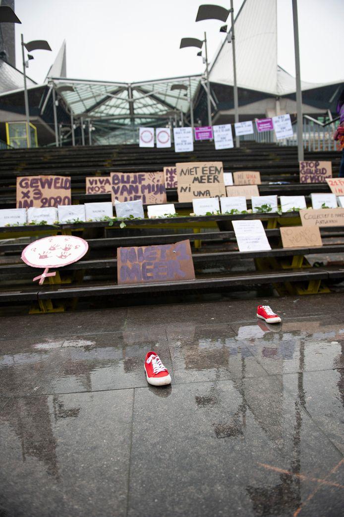 Het Collectief 8 maars voert actie tegen vrouwengeweld.