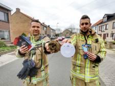 """Brugse brandweer deelt gratis rookmelders uit na twee nachtelijke branden waarbij kinderen per toeval ramp voorkomen: """"Voor 20 euro kun je al levens redden"""""""