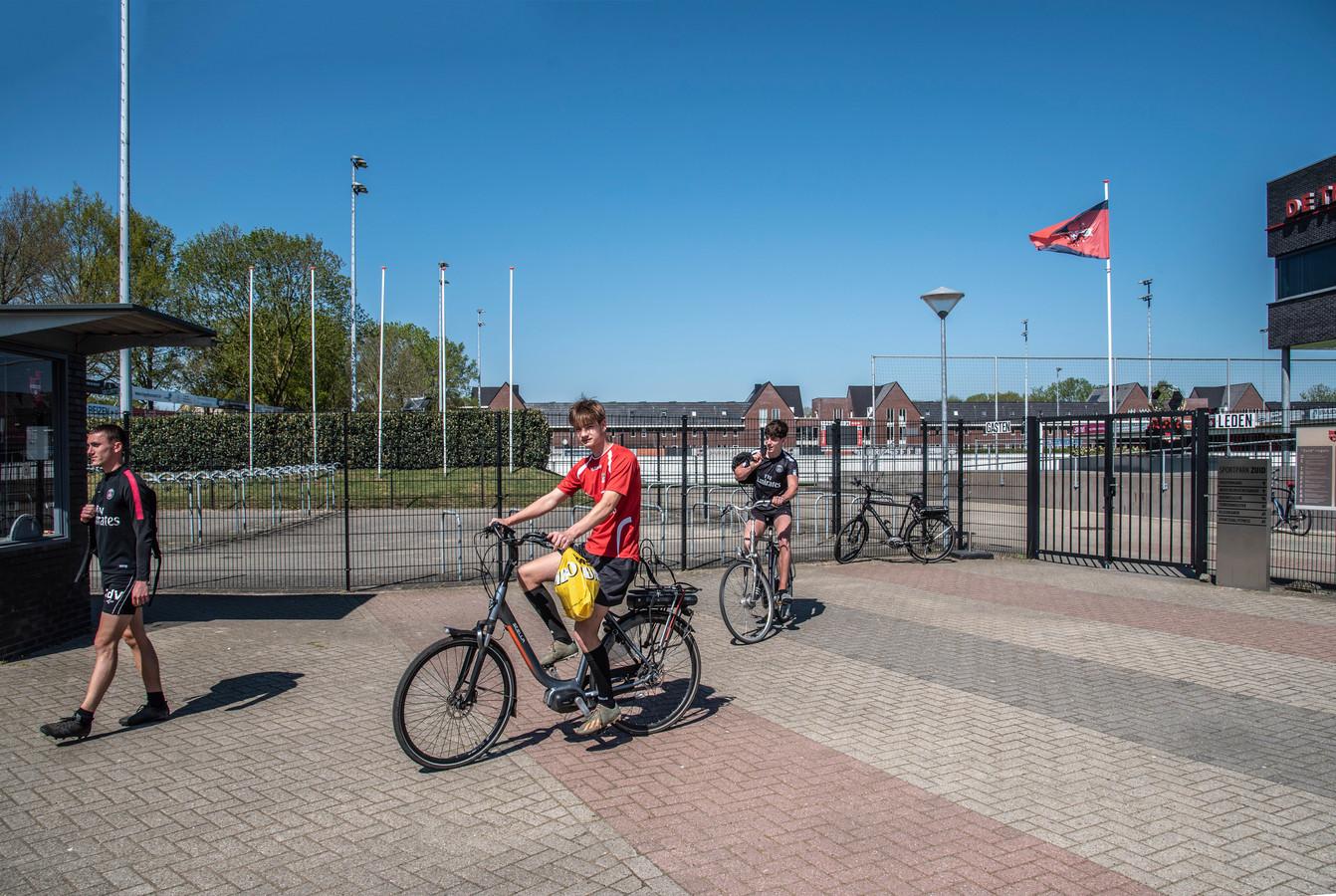 Jorn Rutten (rechts), Jens Kamps en Rick de Vos (links) dachten al het veld van De Treffers  op te mogen. Maar dit is nog gesloten tot 28 april.