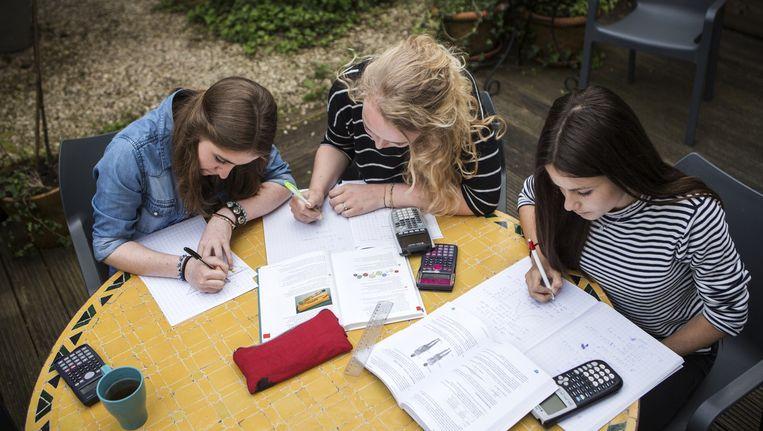 De Haarlemse scholieren Laura, Roos en Puck (vanaf links) bereiden zich in de tuin voor op het eindexamen Beeld Julius Schrank