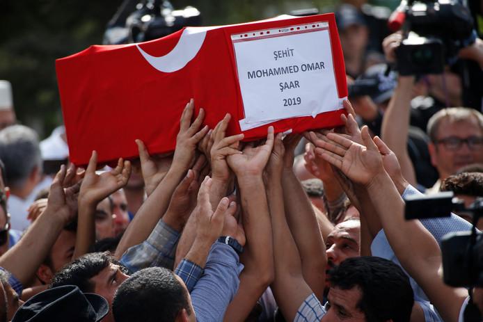 Familieleden rouwen om de dood van de tien maanden oude Mohammed Omar Saar. Het jongetje kwam om bij een Koerdisch mortieraanval op de Turkse grensstad Akcakale.
