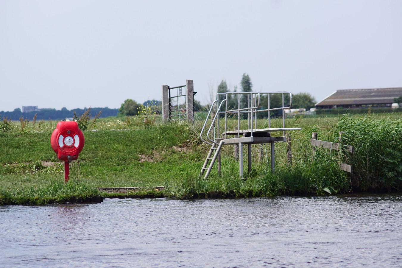 Volgens omwonenden staat de duikplank er sinds ongeveer een maand, maar wie hem daar heeft neergezet is onduidelijk.
