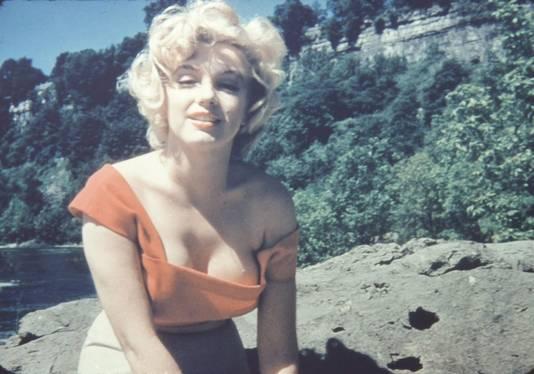 Marilyn Monroe showt haar decolleté in een echte 'ogen-uit-de-kassen-jurk'.