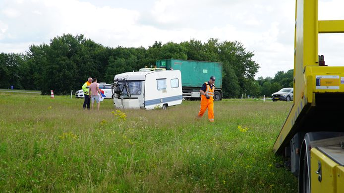 De caravan is, zonder auto, de berm ingeschoten.