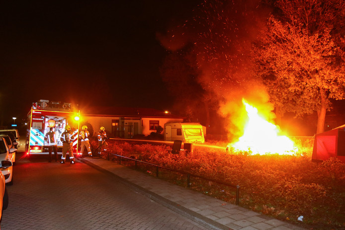 Aan de Clara Visserstraat in Spijkenisse brandde een woonwagen volledig uit. De bewoner is naar het ziekenhuis gebracht.