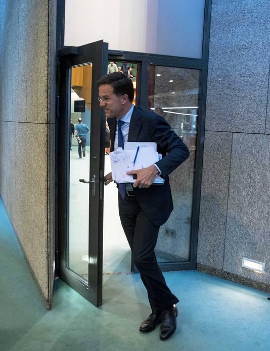 Premier Mark Rutte verlaat de plenaire zaal voor het diner tijdens het Tweede Kamerdebat over de omstreden memo's rond de afschaffing van de dividendbelasting.