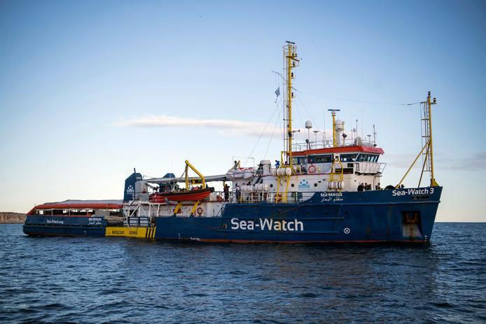 Het schip Sea-Watch voor de kust van Malta.