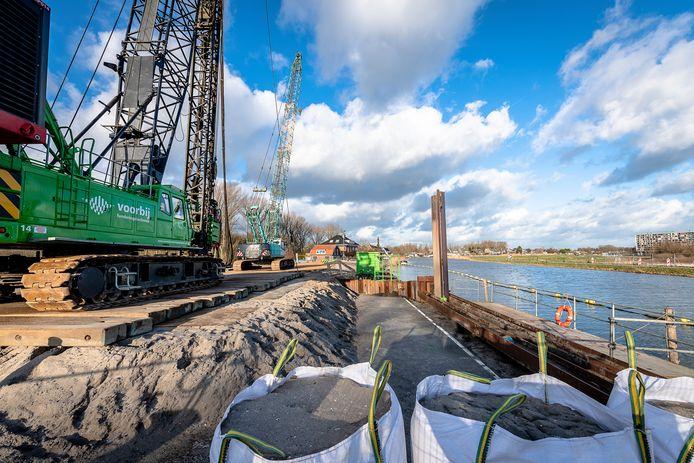 Het werk aan rijksweg A16 Rotterdam bij de Rotte eerder dit jaar. De bouwers gaan nu toch damwanden trillen.