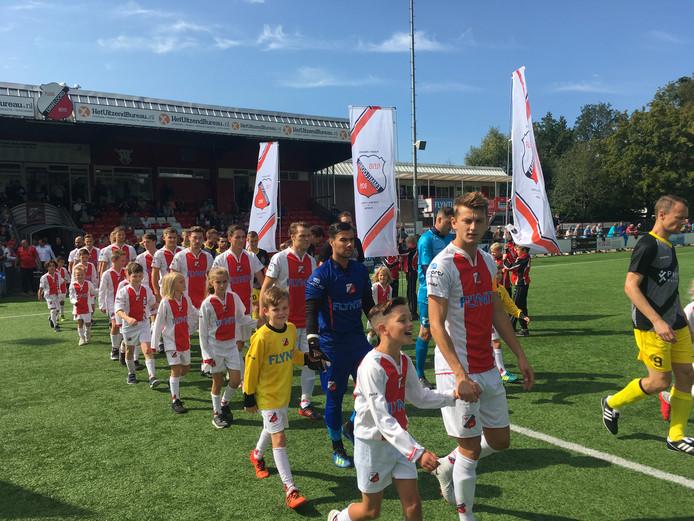 Flevo Boys en Staphorst betreden het veld in Emmeloord.
