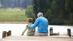 """Hoe komt het dat we ouder worden dan 50? """"Oma's en opa's hebben biologisch gezien geen enkel nut"""""""