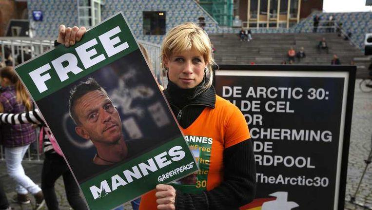 De vriendin van Mannes demonstreert in Groningen met een portret van haar vriend. Beeld anp