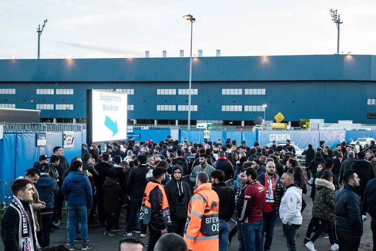 Er was geen gedrum aan de aparte toegang voor de Turkse supporters. Ook daar liep het vlot en vredig.