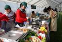 Een van de vele voedselstandjes op de Thaise markt in Puivelde