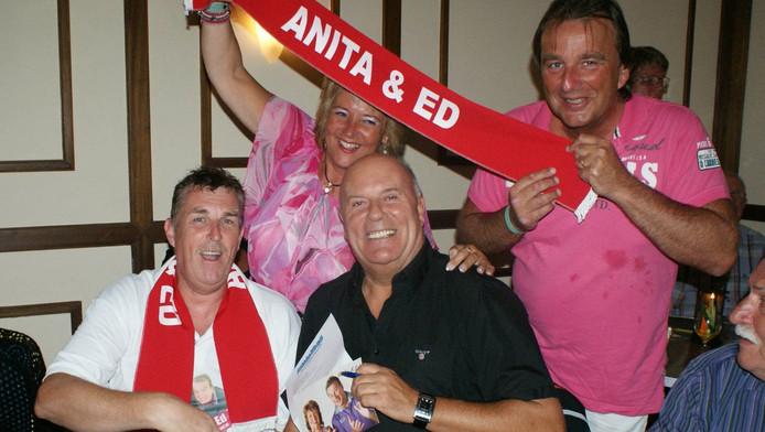 Oud-fanclubvoorzitter Peter Klos (links) met Anita en Ed (met sjawl) in betere tijden.