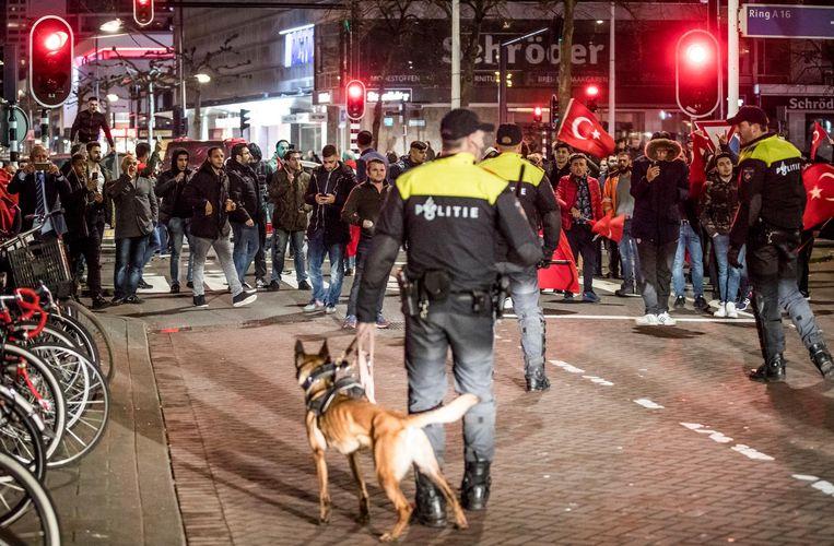 Terwijl aan de achterkant de Turkse minister Kaya in haar auto zat te wachten, verzamelden die avond demonstranten zich aan de voorkant van het Turkse consulaat in Rotterdam. Beeld Freek van den Bergh / de Volkskrant