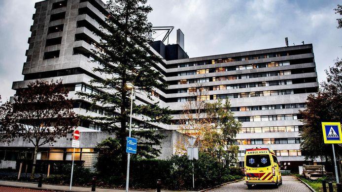 Een ambulance verlaat het terrein van het MC Slotervaart.