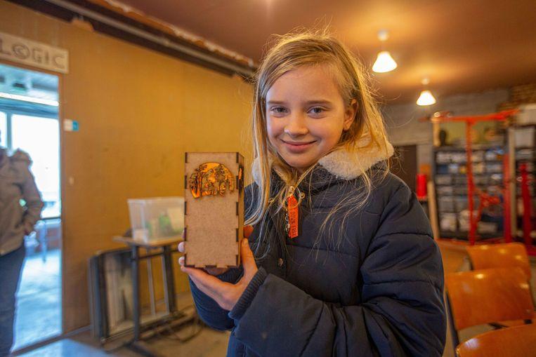 Ook Britt, de 11-jarig dochter van Ronald Van Ham en Heidi Cuypers, kan met gemak overweg met de lasercutter. Het houdertje voor een theelichtje maakte ze zelf op basis van een tekening.
