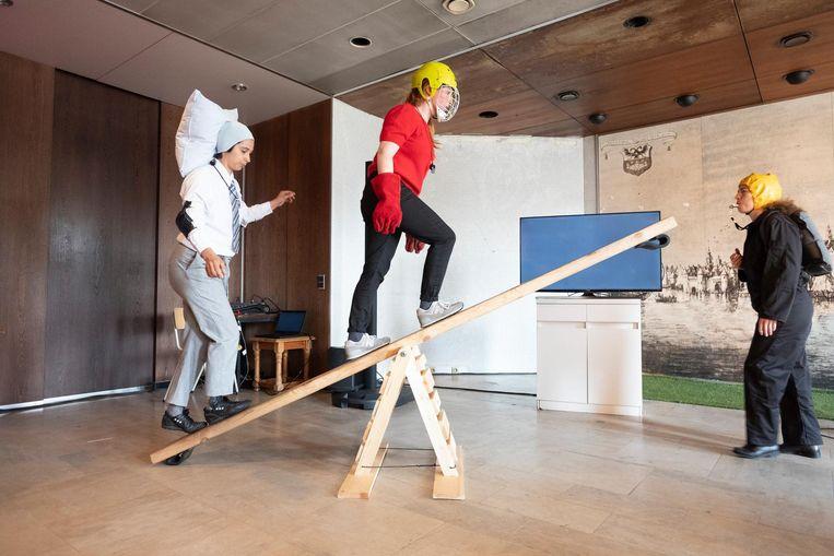 Cirque Barbette, een Brussels collectief van muzikanten en acrobaten, brengt een voorstelling die volledig draait rond evenwicht en balans.
