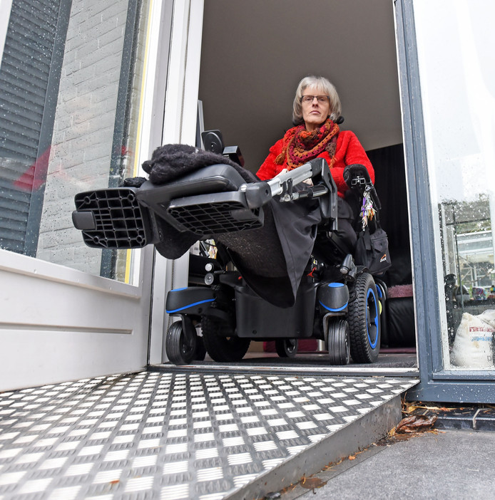 Aanpassingen hoeven niet altijd groot en duur te zijn, laat Chantal de Koeijer zien bij haar huis in Terneuzen. Een drempelhulp of oprijplaat kan al uitkomst bieden.