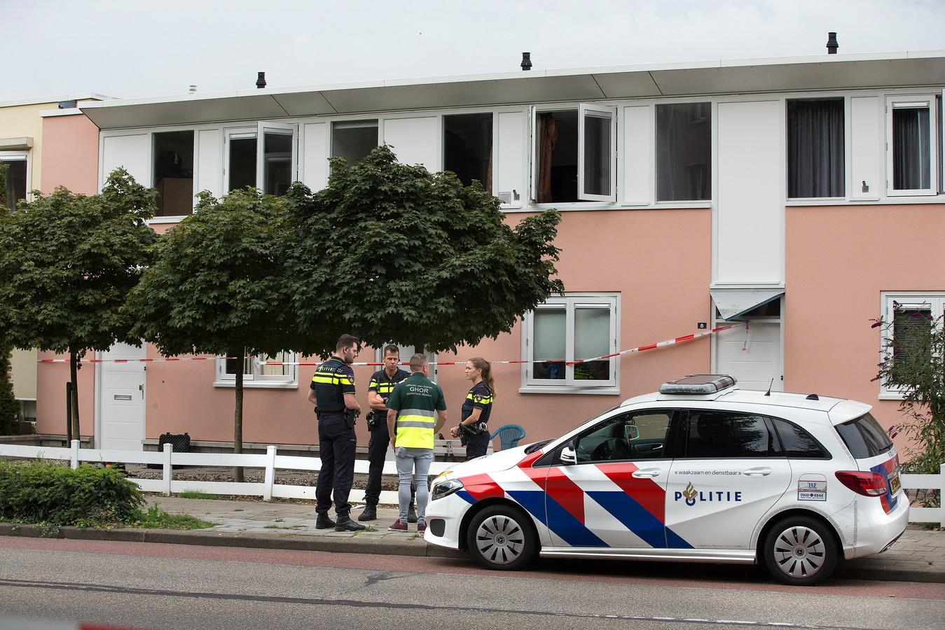 Hulpverleners bij het huis aan de Monseigneur Bekkerlaan in Doesburg, woensdag.