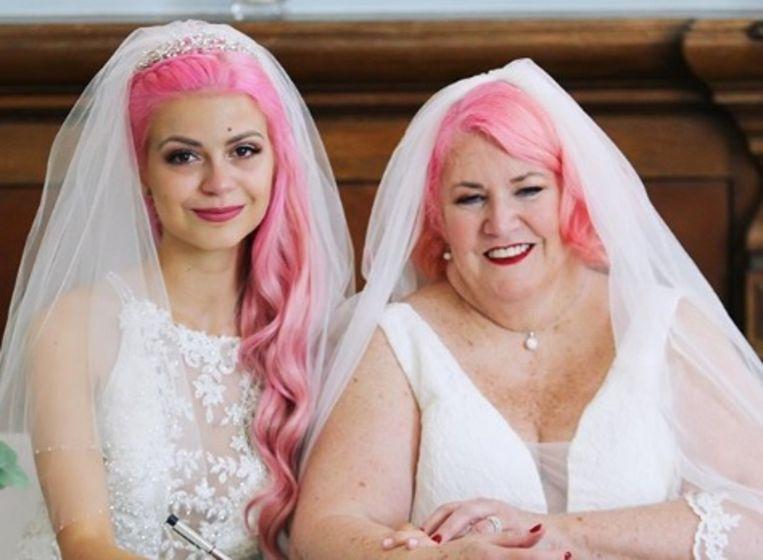 Beiden in het wit met roze haar.