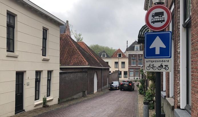 Vanaf het Eind mogen vrachtwagens en bussen ook niet meer de Tolsteeg in. Autoverkeer mag vanaf de Molenstraat niet naar boven komen rijden.