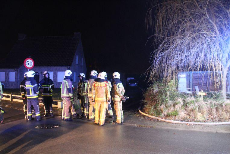 De brandweer kon niet verhinderen dat de garage in vlammen opging.