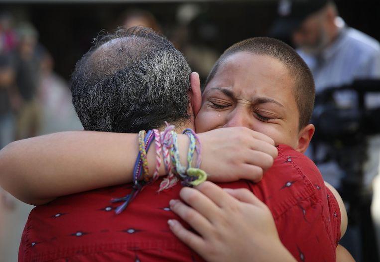 Emma Gonzalez, het meisje dat een stevige speech gaf tegen Donald Trump en de wapenlobby, huilt uit bij haar vader.