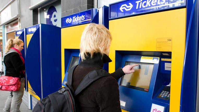 Een kaartje kopen op station Leiden Beeld anp