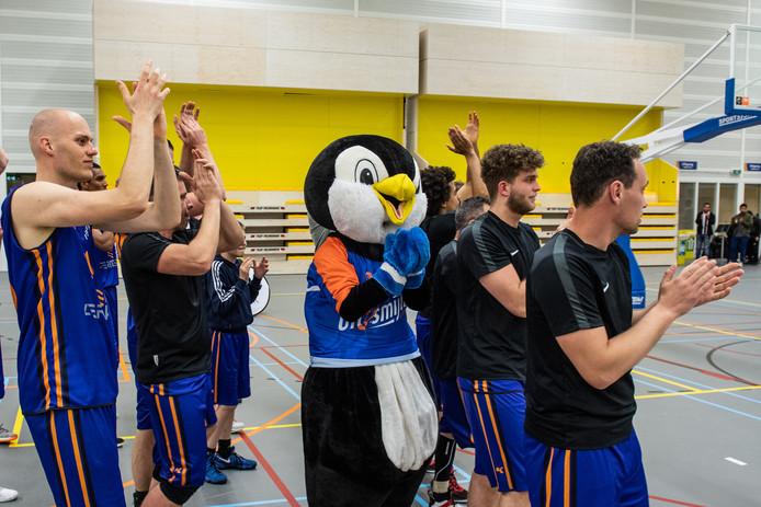 Vreugde bij Uitsmijters na de zege tegen Black Eagles en de promotie.