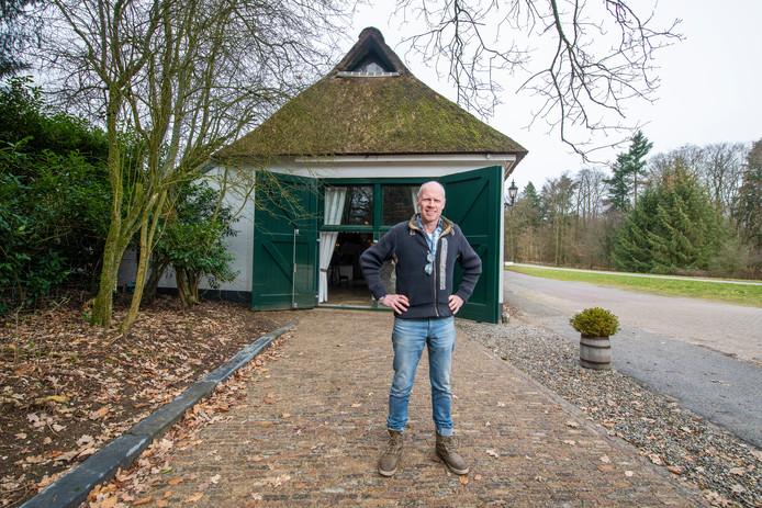 Het is een paar meter bestrating, maar het verbeeldt een stuk oer-Veluwse geschiedenis. Paul Rap vindt het belangrijk dat weer te zien is dat dit ooit een pleisterplaats was.