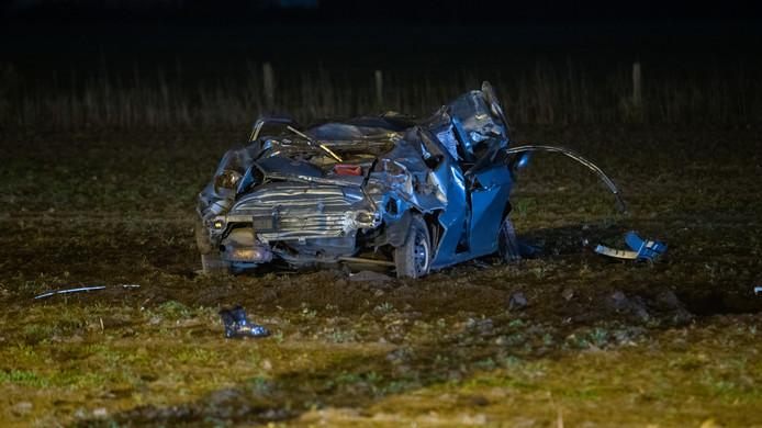 De zwaar beschadigde auto na de crash bij Eefde.