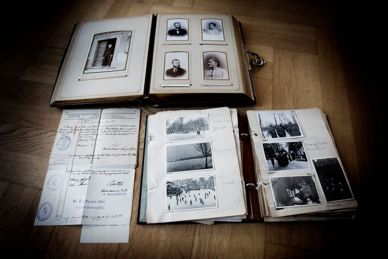 Foto's en documenten uit het archief van de schoonfamilie van Jan Konst. Beeld Falko Siewert
