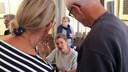 Schrijfster Franca Treur in gesprek met twee lezers tijdens een signeersessie.