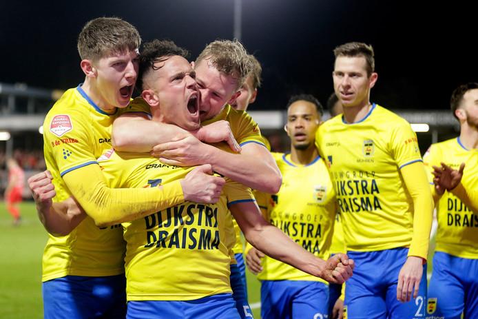 Giovanni Korte wordt omhelsd door Mees Hoedemakers en Doke Schmidt na zijn goal tegen Almere City.