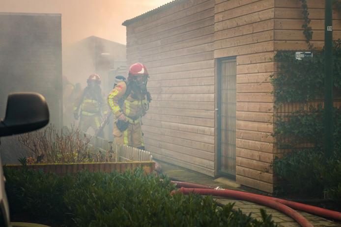 Er kwam veel rook vrij bij de brand. De politie hield kijkers op afstand.