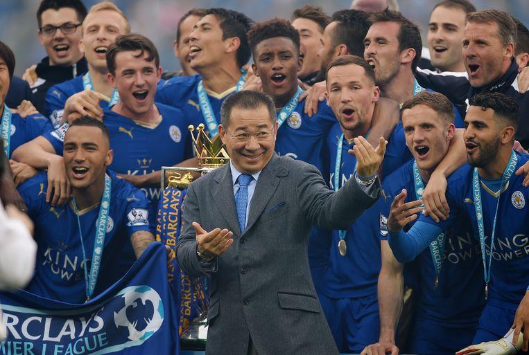 Vichai Srivaddhanaprabha, de eigenaar van Leicester City, tussen de spelers van zijn club na het behalen van het landskampioenschap in 2016. Beeld null
