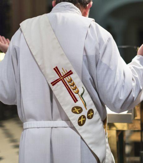 Deel kerken gaat weer open: zangverbod en hosties uitdelen met een pincet