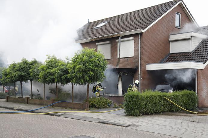 De brandweer bluste de brand in de woning in Raalte.