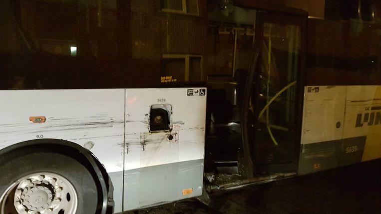 De flank en de deur van deze bus liepen ook zware schade op.