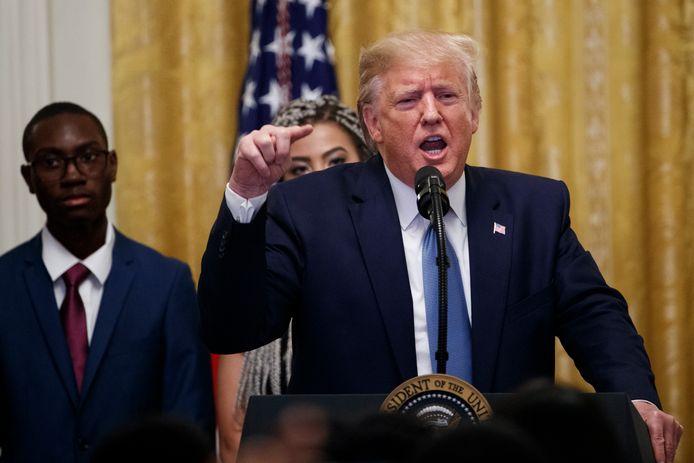 De Amerikaanse president Donald Trump ligt zwaar onder vuur vanwege het telefoontje naar zijn Oekraïense ambtsgenoot Volodimir Zelenski waarin hij vroeg om een onderzoek te starten naar de Democraat Joe Biden.
